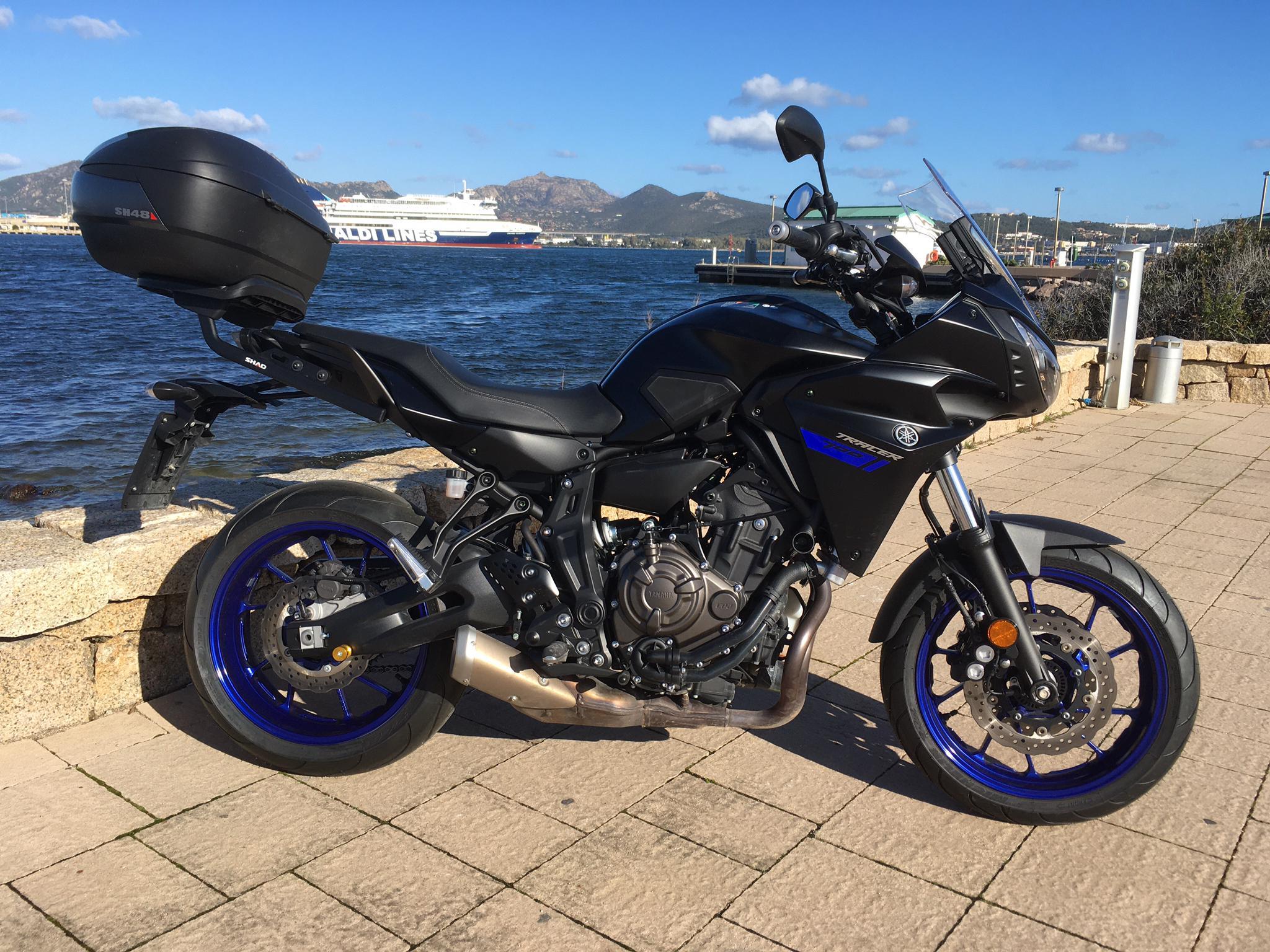a Yamaha Tracer 700 - schwarz mit Topcase
