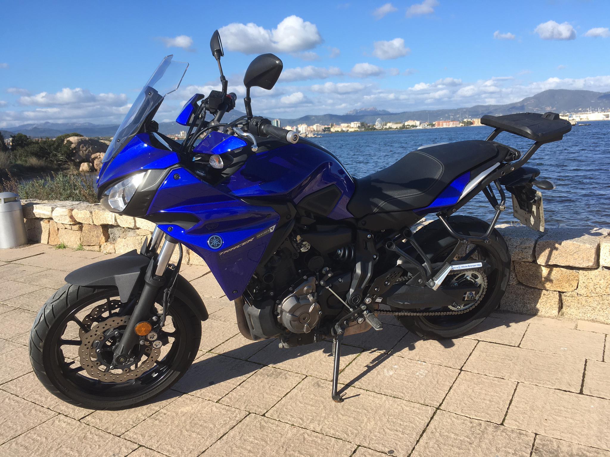 a Yamaha Tracer 700 - blau mit Topcase